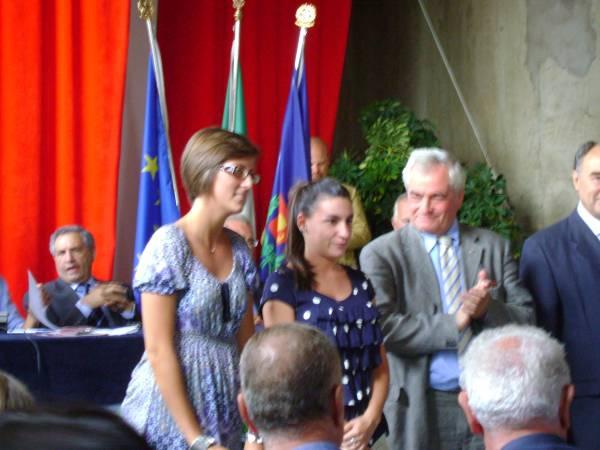 Giulia Baldereschi riceve il premio per la promozione del CSV in B2